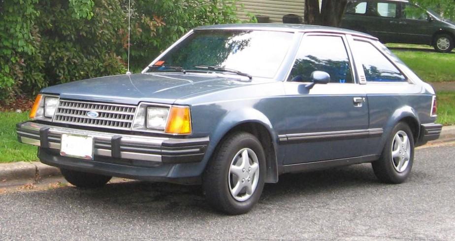 Sa pire voiture - Une Ford Escort 1983 gris charbon. Parmi ses nombreux problèmes, il fallait passer directemnent de la 1 ère  à la 3 e  vitesse.   7 mai 2018
