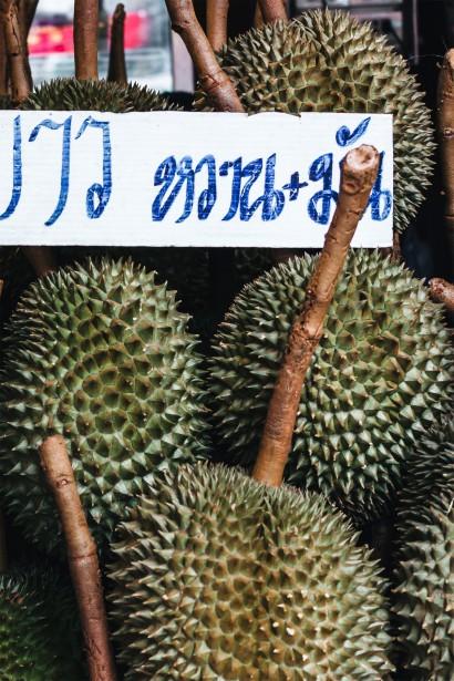 Fruit chéri des Thaïlandais, on compare son odeur à celui d'un dépotoir (ou pire!). Le durian a un goût particulier auquel on s'habitue... ou pas. Vous ne pourrez en apporter ni dans les lieux publics, ni dans votre chambre d'hôtel, ni dans vos bagages! | 11 mai 2018