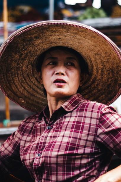 Une vendeuse marchande le prix de ses noix de coco avec une touriste. Comme beaucoup d'autres, elle revêt l'habit folklorique paysan: chapeau de paille et chemise à carreaux. | 11 mai 2018