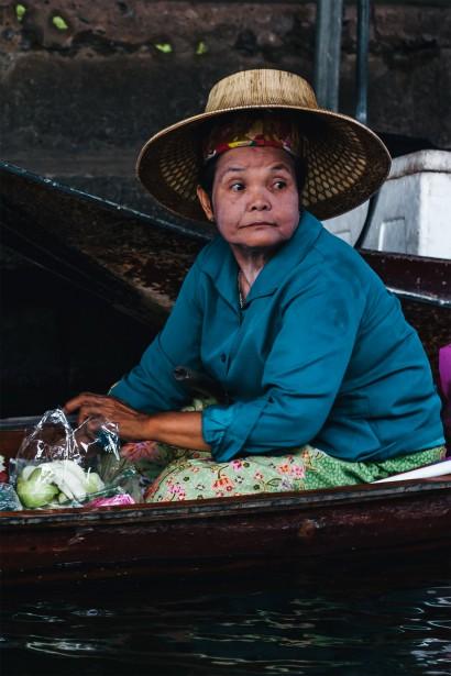 Une marchande de fruits et légumes observe le défilé des embarcations avec un mélange de curiosité et de lassitude. | 11 mai 2018