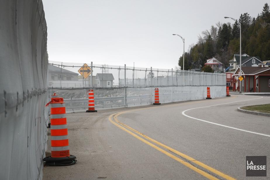 Un imposante barrière ceinture les lieux ont se... (PHOTO MATHIEU BÉLANGER, LA PRESSE)
