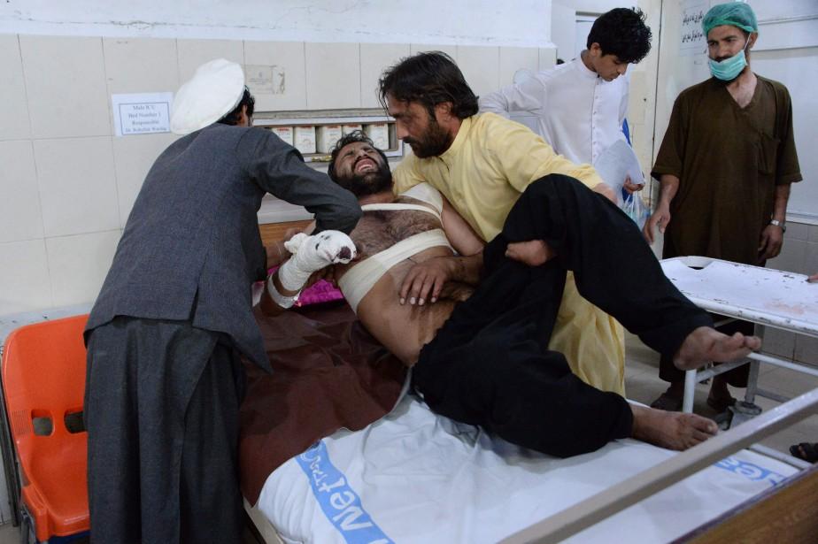 Une victime est soignée dans un hôpital de... (Photo NOORULLAH SHIRZADA, Agence France-Presse)