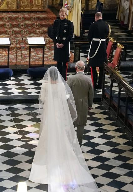 Le prince Charles a mené Meghan Markle vers l'autel, où l'attendait le prince Harry. | 19 mai 2018