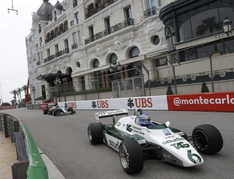 Keke Rosberg, sur sa Williams 1982, roule devant son fils Nico Rosberg, au volant de sa Mercedes 2016, durant deux tours d'honneur entre les deux séances d'essais libres à Monaco.   24 mai 2018