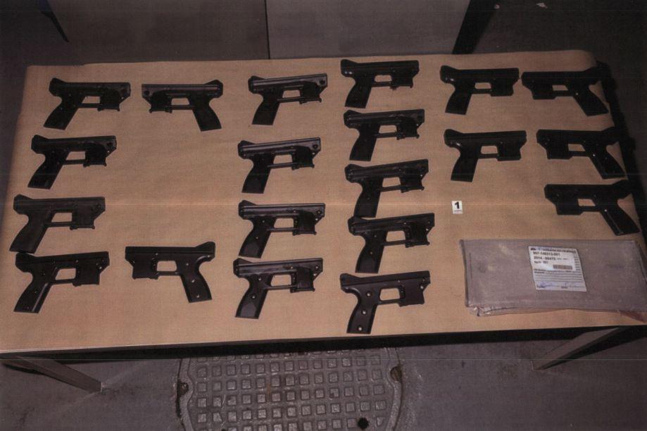 Des pistolets mitrailleurs fabriqués chez Perfection Métal, dont deux patrons