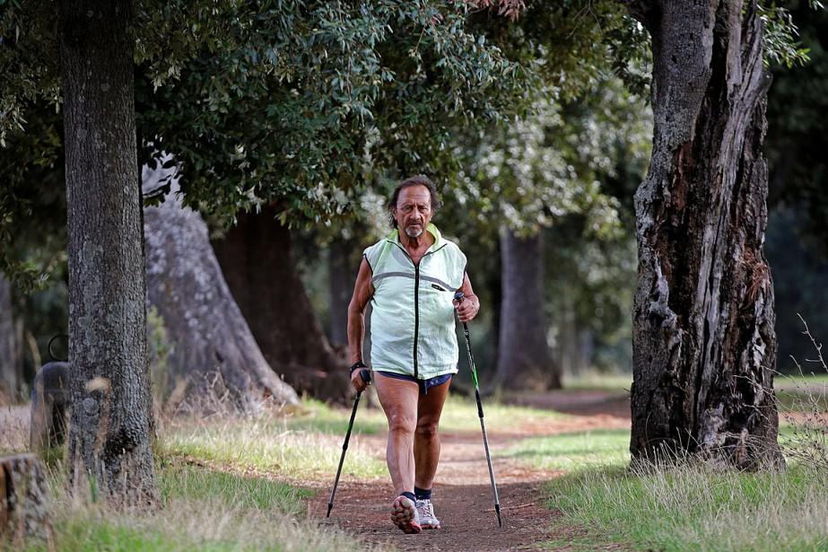 Un homme pratique la marche rapide dans un... (REUTERS)