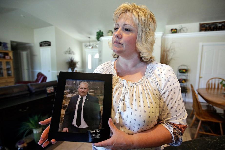 Laurie Holt tient une photo de son fils... (PHOTO RICK BOWMER, ARCHIVES ASSOCIATED PRESS)