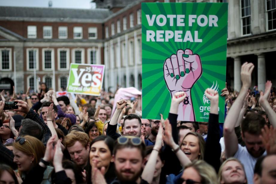 Plusieurs personnes ont célébrés samedi à Dublin l'issue... (PHOTO Max Rossi, REUTERS)
