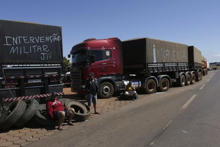 Samedi soir, 566 barrages routiers partiels étaient toujours... (PHOTO Eraldo Peres, AP)