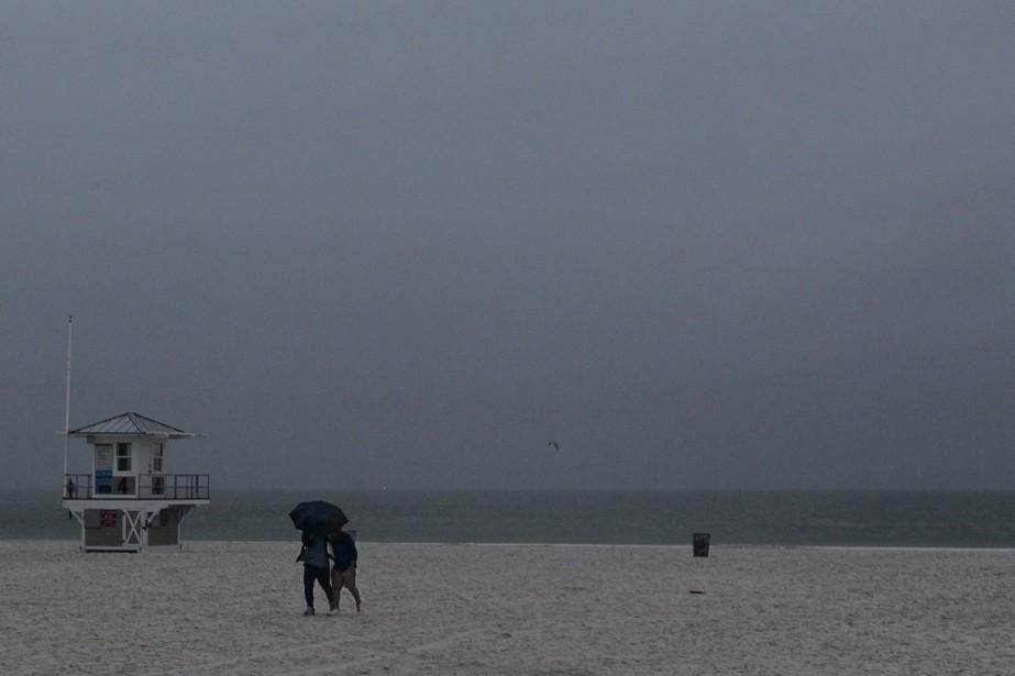 Les plages en Floride étaient pratiquement désertes à... (Jim Damaske, Tampa Bay Times via AP)