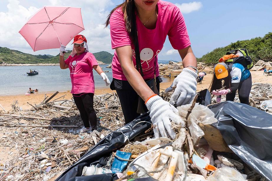 Sur le sable de la plage, les bénévoles... (Anthony WALLACE, AFP)