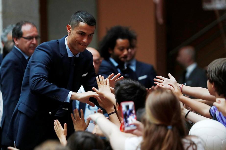 Cristiano Ronaldo salue des partisans du Real Madrid... (PHOTO JAVIER BARBANCHO, REUTERS)