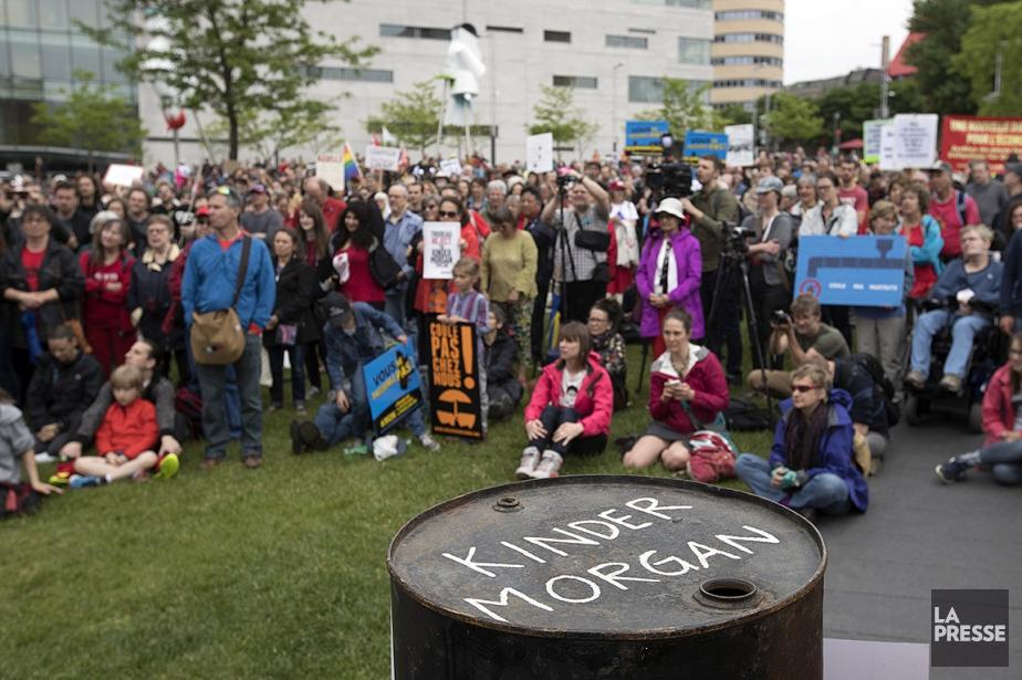 Des centaines de personnes ont manifesté contre le... (PHOTO OLIVIER JEAN, LA PRESSE)