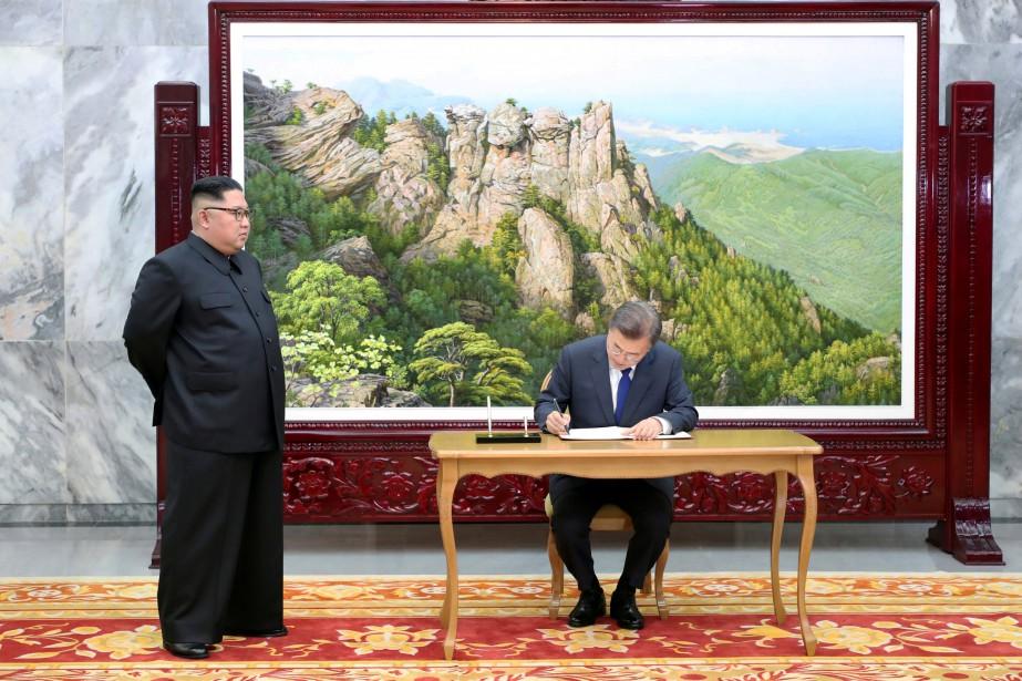 Le président sud-coréen Moon Jae-in (assis) et le... (PHOTO REUTERS)