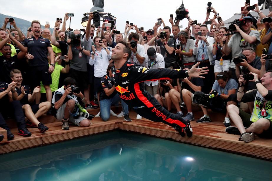 <strong>Célébrations à l'australienne -</strong> Le pilote de F1 l'Australien Daniel Ricciardo plonge tout habillé dans une piscine après sa victoire dimanche au GP de Monaco. (photo REUTERS)