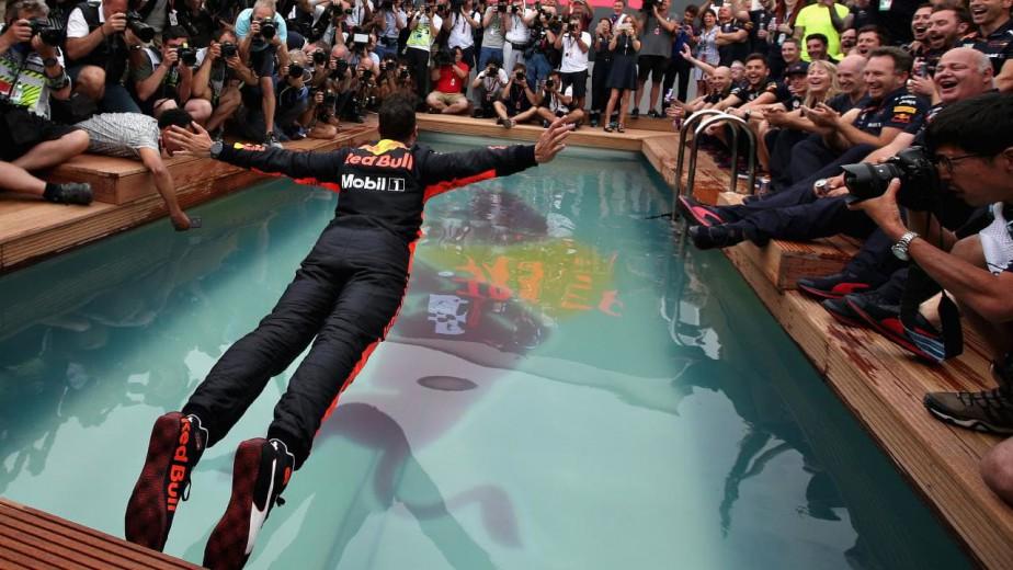 Le pilote de F1 l'Australien Daniel Ricciardo plonge dans une piscine tout habillé après sa victoire dimanche au GP de Monaco. ()
