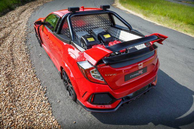 Une fois le prototype de pickup Civic Type R terminé, le personnel de l'usine Honda de Swindon, en Angleterre, s'en est servi pour transporter les tondeuses et le reste du matériel pour l'entretien des pelouses. (Toutes les photos Honda Royaume-Uni)