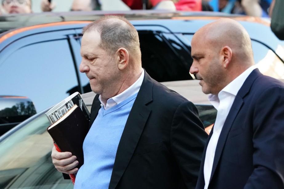 Harvey Weinstein s'est livré à la police new-yorkaise... (PHOTO AFP)