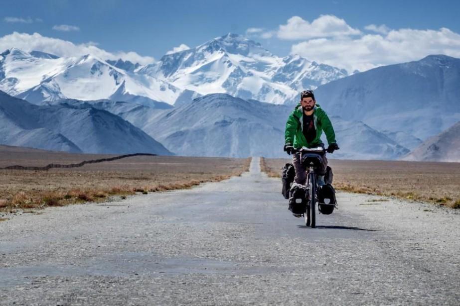 Jonathan B. Roy à vélo au Tadjikistan... (PHOTO FOURNIE PAR LES ÉDITIONS VÉLO QUÉBEC)