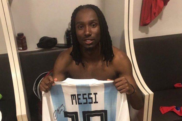 Jimmy-Shammar Sanon tenant un maillot signé de Lionel... (PHOTO TIRÉE D'INSTAGRAM)