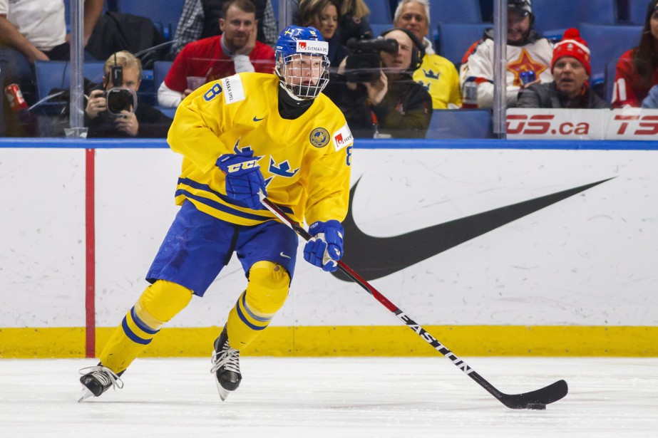 Rasmus Dahlin alors qu'il représentait son pays natal... (PHOTO Mark Blinch, AP)