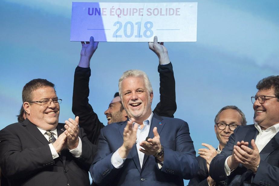 Le premier ministre Philippe Couillard accompagé de députés... (PHOTO Graham Hughes, LA PRESSE CANADIENNE)