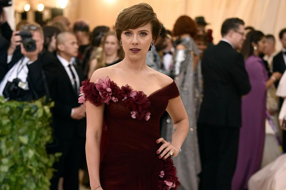 Scarlett Johansson portait une robe pourpre signée Marchesa,... (PHOTO EVAN AGOSTINI, ARCHIVES INVISION/AP)