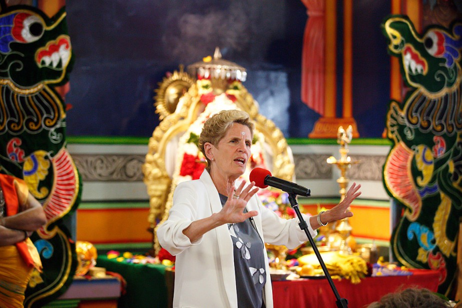 Kathleen Wynne a effectué une visite au temple... (PHOTO COLE BURSTON, LA PRESSE CANADIENNE)