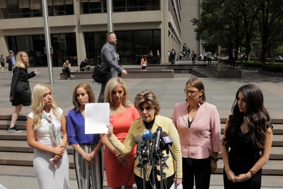 L'avocate Gloria Allred (au centre), entourée des cinq... (Photo Lucas Jackson, Reuters)