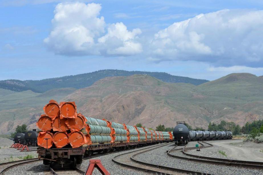 Des tuyaux en acier sont empilés à Kamloops,... (PHOTO DENNISOWEN, ARCHIVES REUTERS)