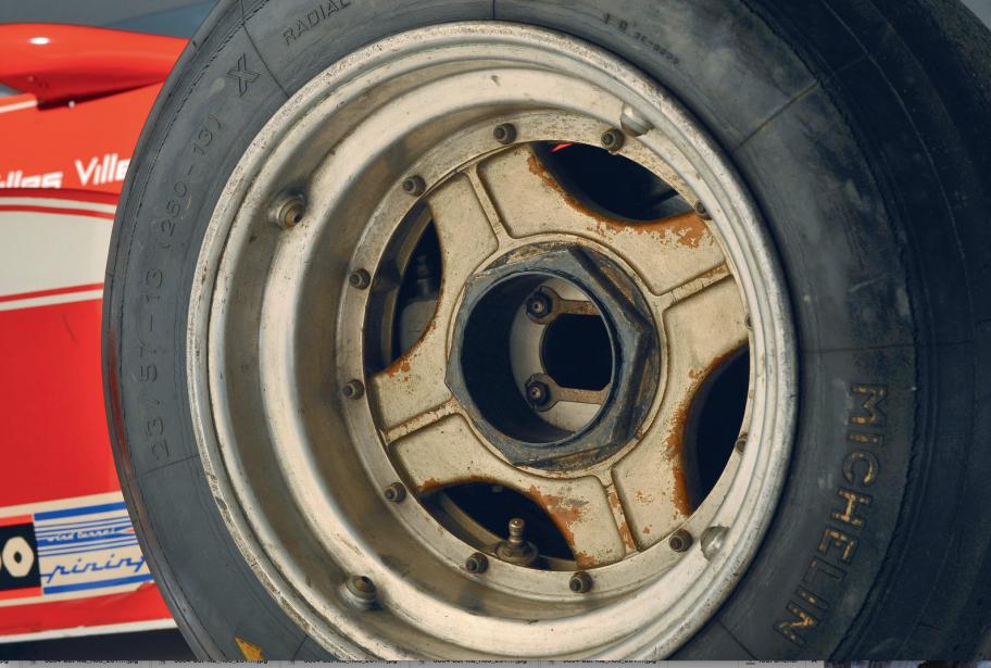 Ferrari 312 T3 -  PNEUS - Michelin; roues de 13pouces; largeur avant:240 mm max.; largeur arrière:400 mm max.Michelin était en compétition avec Goodyear à cette époque en F1 et tentait d'y introduire le concept de pneus radiaux. | 5 juin 2018