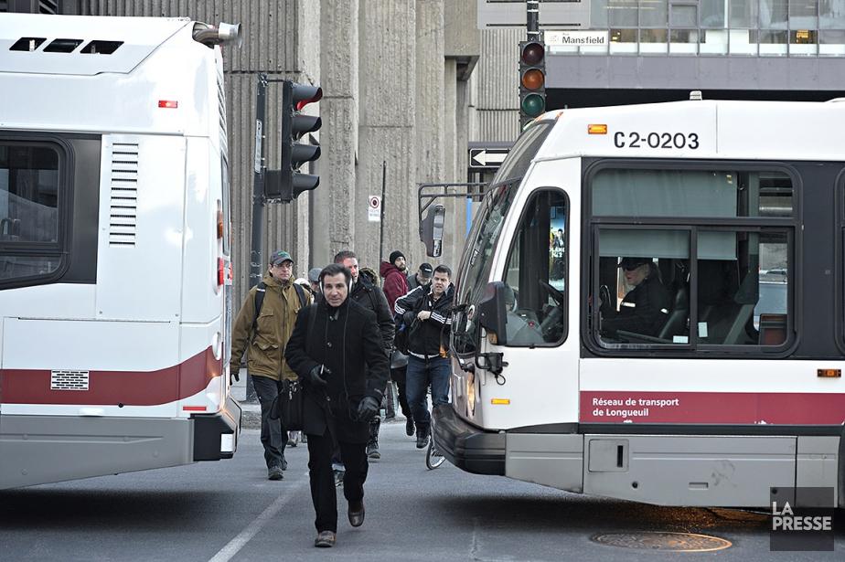 Sur cette photo, des autobus du RTL déposent... (Bernard Brault, archives La Presse)