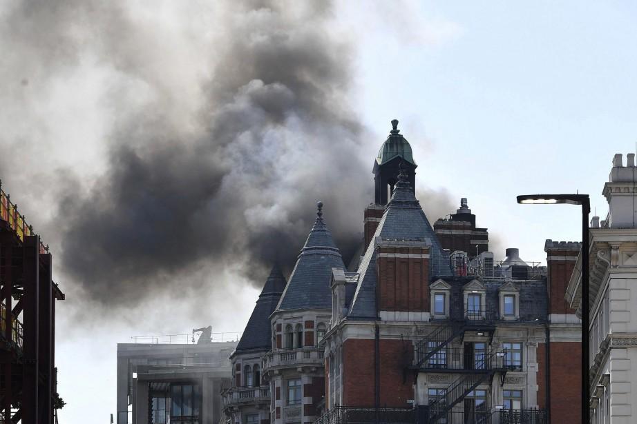 Au total, vingt engins et 120 pompiers ont... (PHOTO John Stillwell, AP)