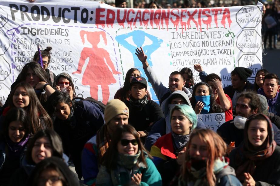Des femmes manifestent à Valparaiso pour revendiquer une... (PHOTO CLAUDIO REYES, AFP)