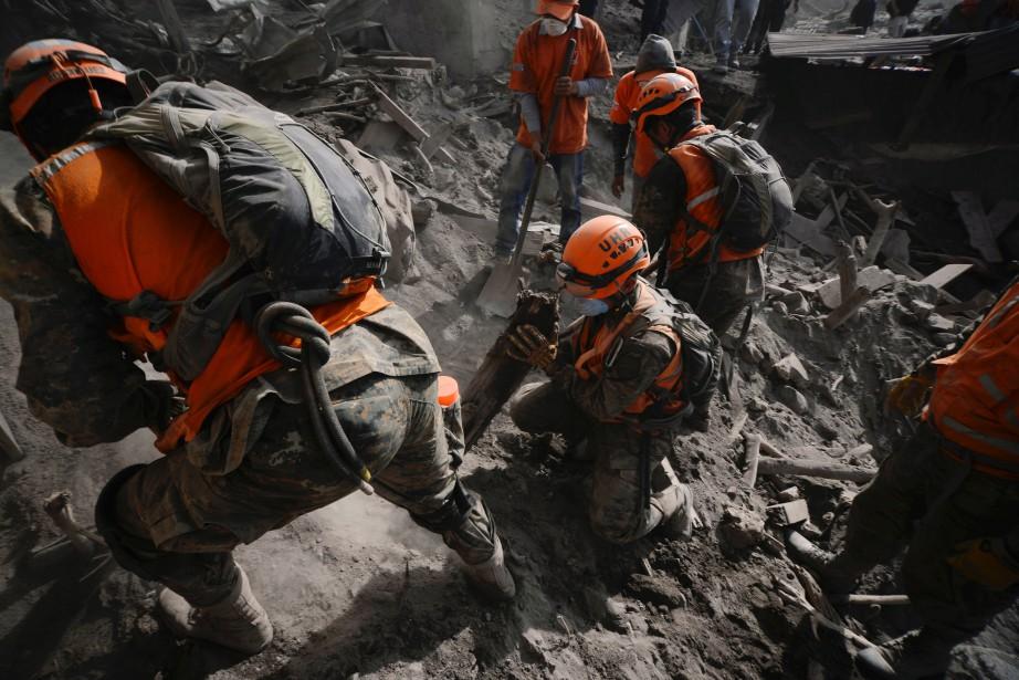 La probabilité de retrouver des survivants est infime... (PHOTO REUTERS)