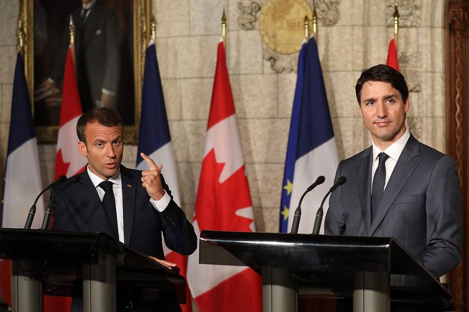Emmanuel Macron, qui a salué à plusieurs reprises... (PHOTO AFP)
