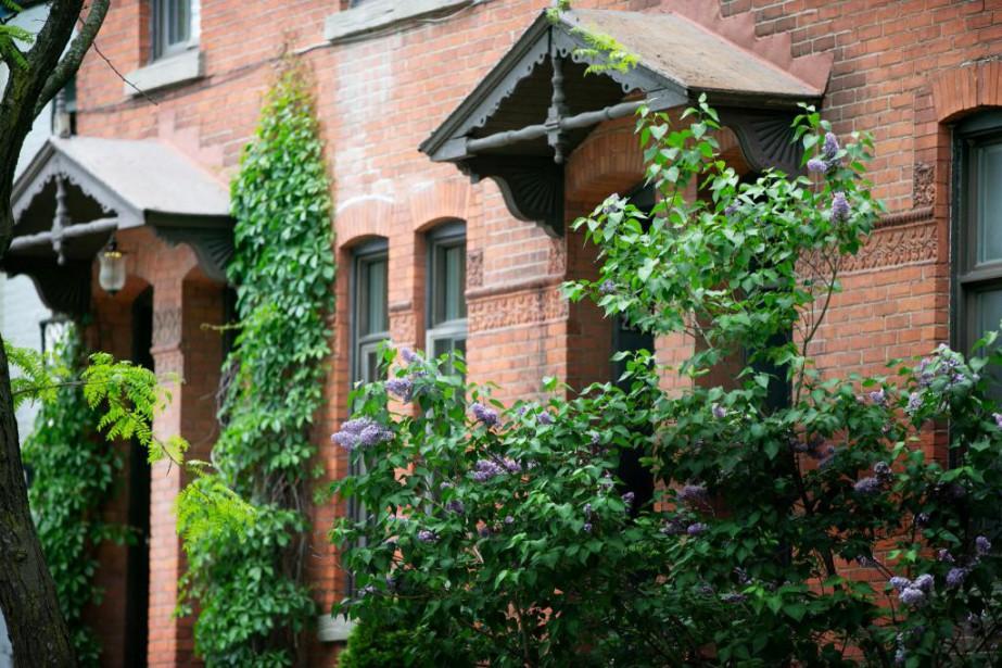 Devant la maison où ont vécu Réjean Ducharme... (PHOTO DAVID BOILY, LA PRESSE)