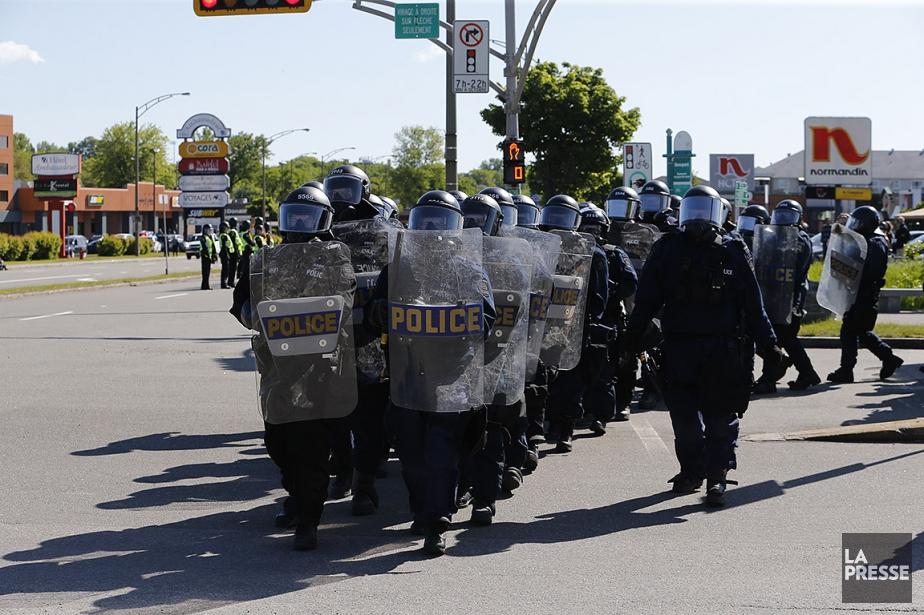 Des lignes de policiers ont vite encadré les... (Martin Tremblay, La Presse)