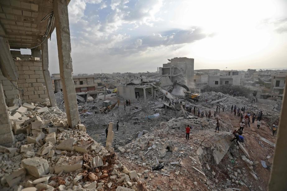 Des Syriens se regroupent malgré la destruction à... (Photo Omar Haj-Kadour, Agence France-Presse)