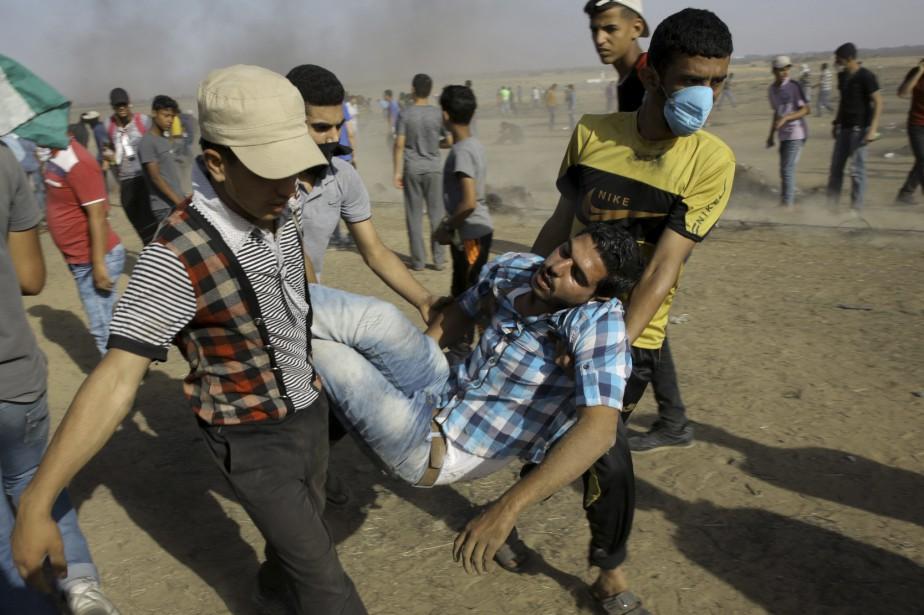 Des manifestants et des soldats infirmiers palestiniens viennent... (Photo Adel Hana, Associated Press)