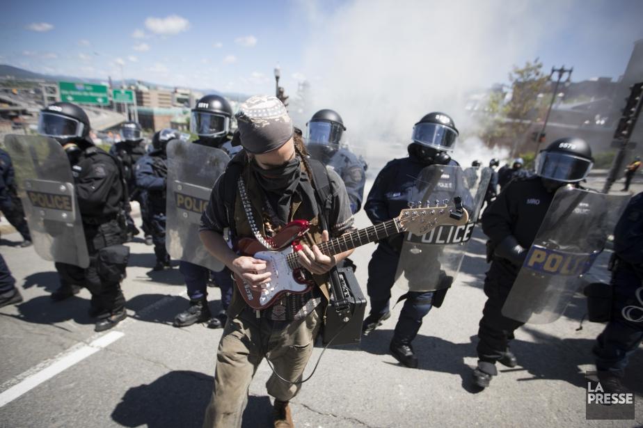Un manifestant a offert un solo de guitare... (Photo Ivanoh Demers, La Presse)