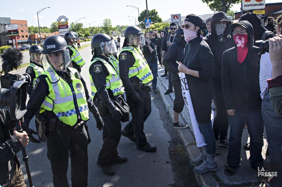 Policiers et manifestants ont passé la journée à... (Photo Patrick Sanfaçon, La Presse)