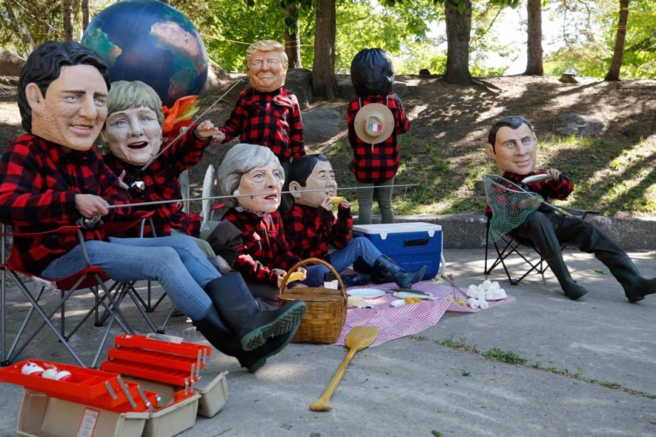 Ces personnages à l'effigie des dirigeants du G7... (PHOTO CHRIS WATTIE, REUTERS)