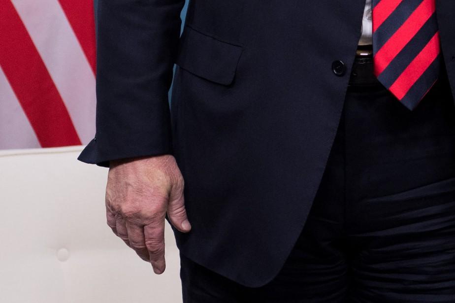 L'empreinte du pouce droit d'Emmanuel Macron est clairement... (PHOTO AFP)