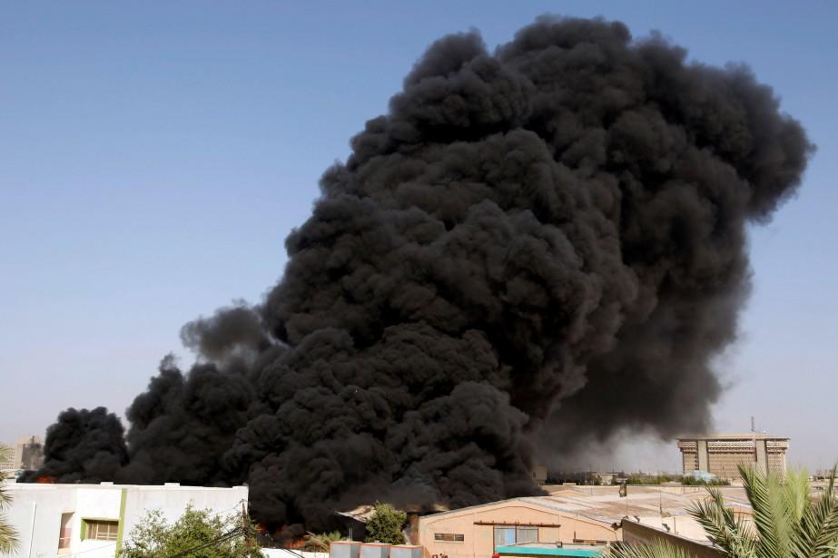 Une fumée noire d'une dizaine de mètres de... (Photo Khalid al-Mousily, REUTERS)