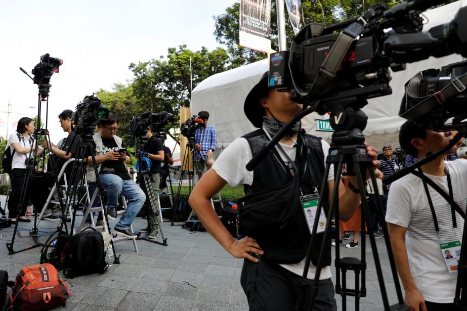 Des journalistes attendent l'arrivée de Kim Jong-un devant... (PHOTO REUTERS)