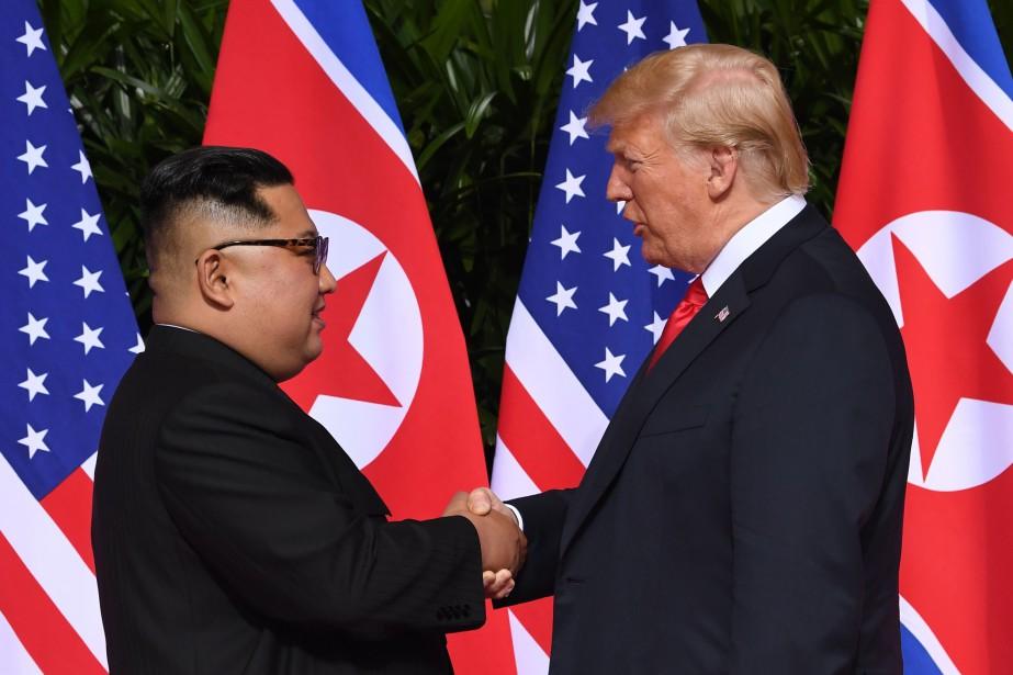 Les deux hommes se sont salués devant une... (PHOTO AFP)