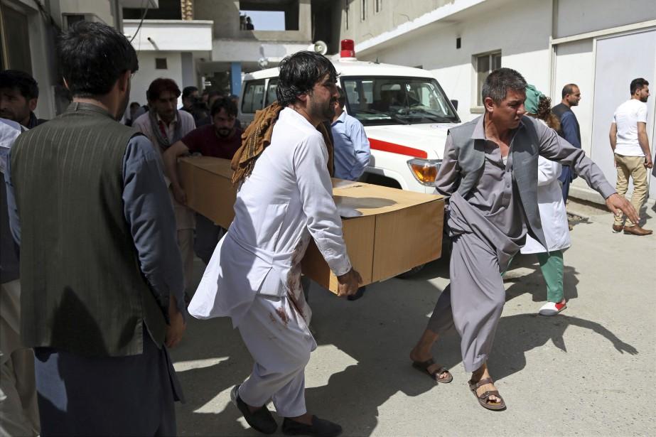 Le cercueil d'une victime d'un attentat suicide à... (Photo Rahmat Gul, archives Associated Press)