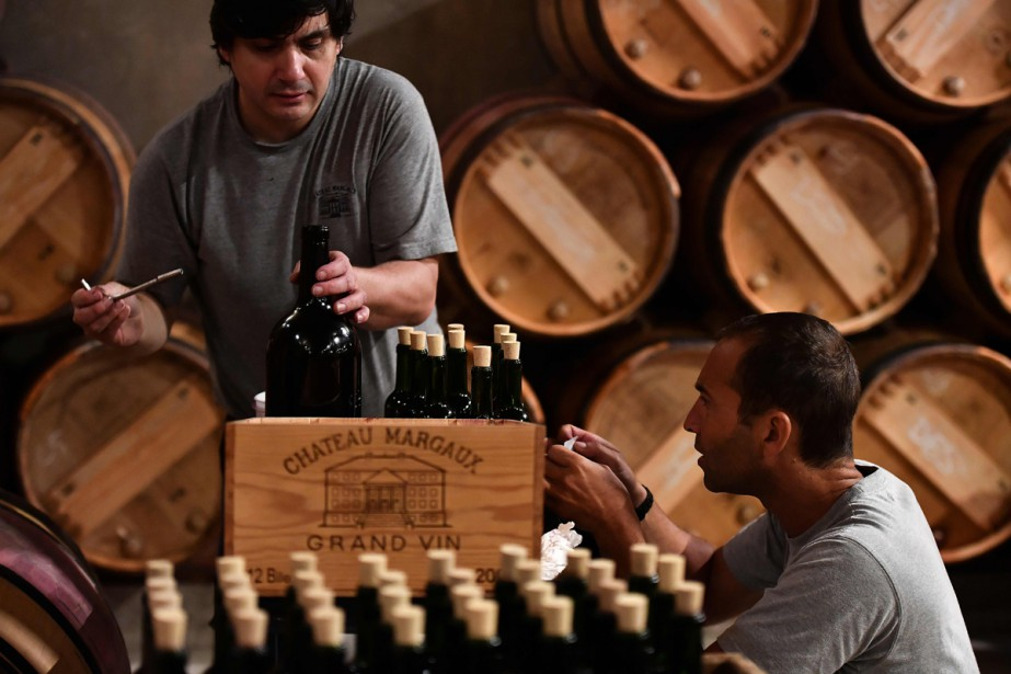 Des employés du Château Margaux posent les étiquettes... (Photo AFP)