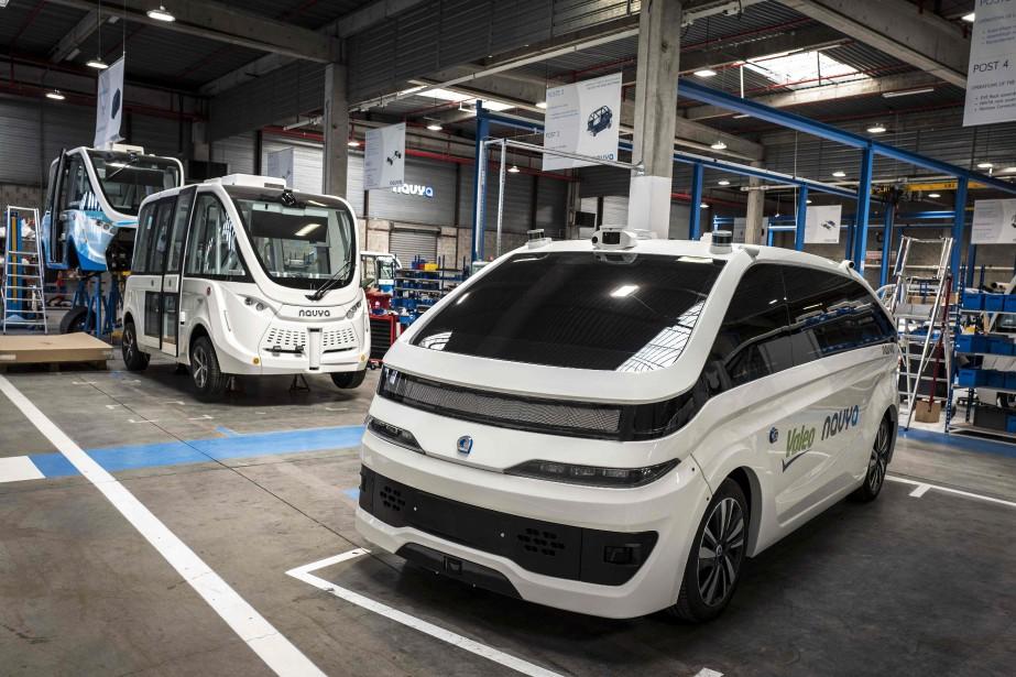 Les taxis autonomes et les navettes autonomes Navya sont construites à l'usine Navya de Vénissieux, près de Lyon, au centre de la France. Sur cette photo prise le 23 mai dernier, on aperçoit un taxi Autonom Cab (à d.) et une navette Autonom Shuttle (à g.). | 12 juin 2018